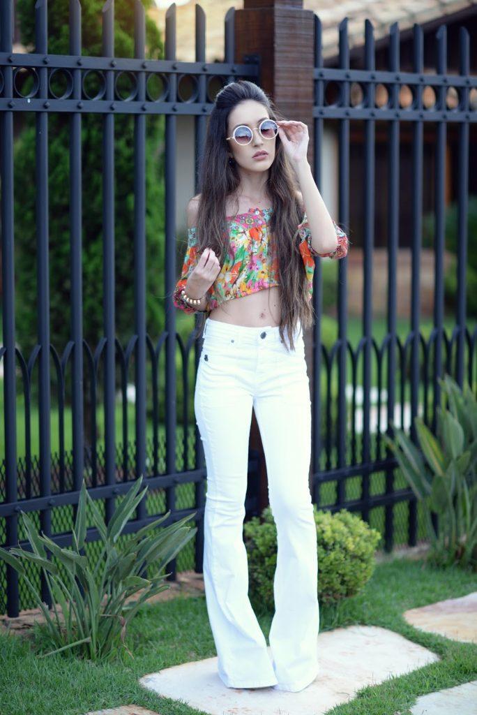 looks com calça branca e cropped estampada