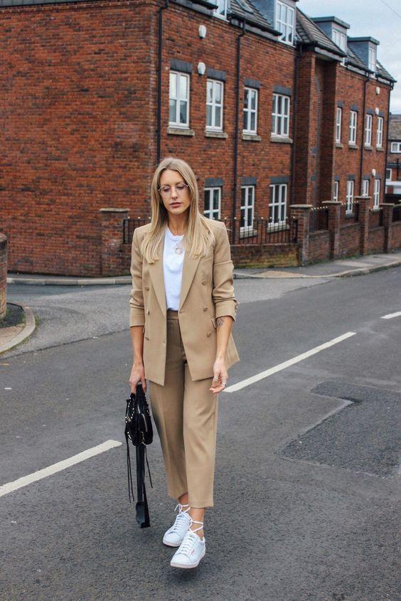 087546ef90 Está em alta o uso de ternos – calça + blazer – combinando entre si. Pra  finalizar o look de maneira mais esporte