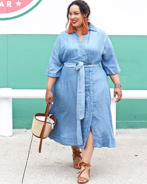 4dc8465e2566 O denim é aposta certeira, na hora de escolher um dress. Por isso, os  modelos de vestido jeans são considerados uma peça básica no guarda-roupa  feminino.