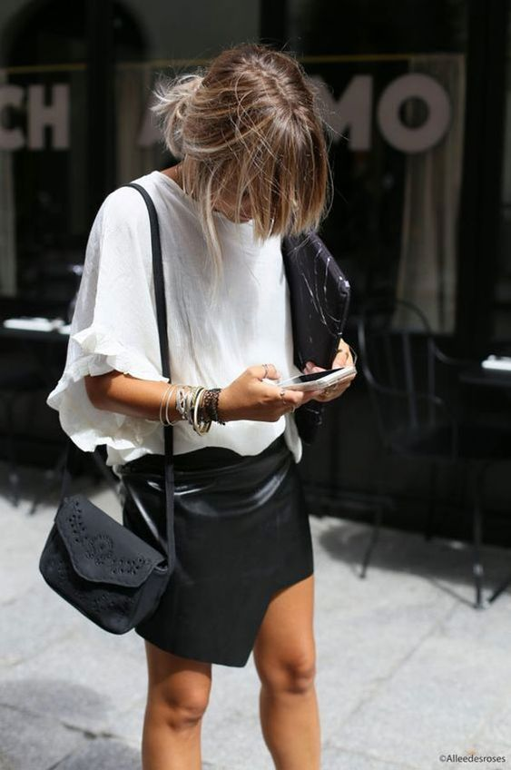 Looks com Saia de Couro Preta e blusinha larga