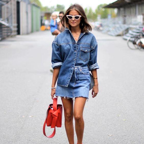 e3cfcd25c E, claro, também dá para apostar em misturas mais elegantes. Saias jeans  midi com camisas sociais em denim são um combo de muita sofisticação.