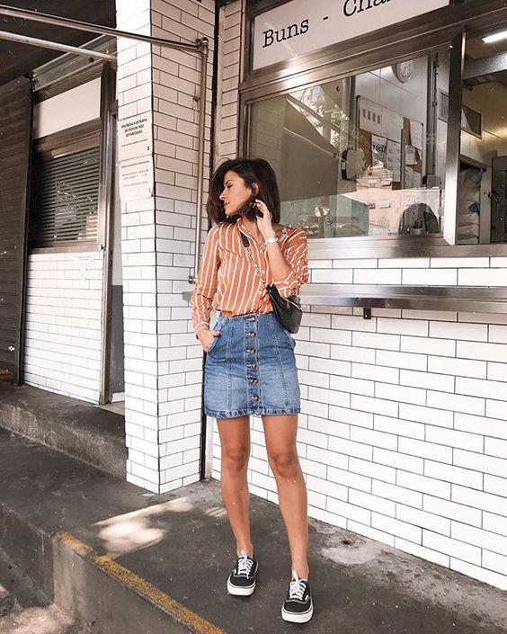 Look com Saia Jeans e Tênis