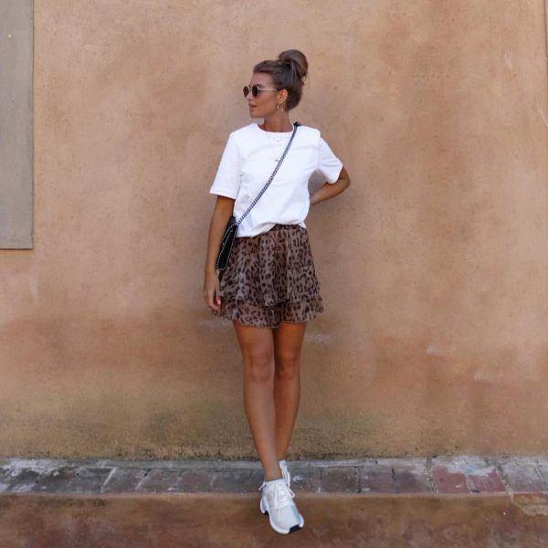 look tenis branco com saia estampada