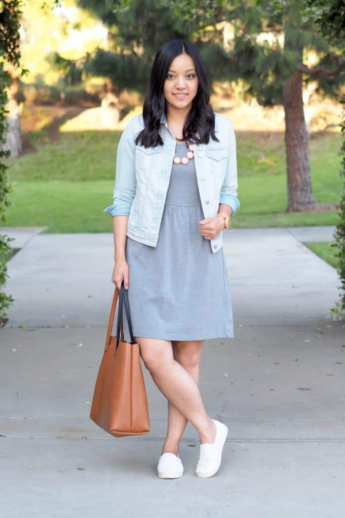 Look com tênis branco e vestido