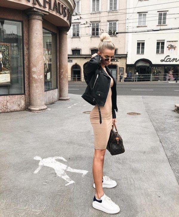 looks com tenis branco e jaqueta