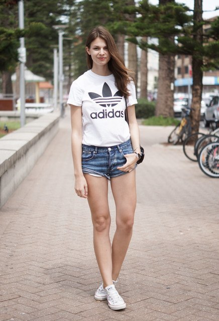 Shortinho e tshirt com tênis branco