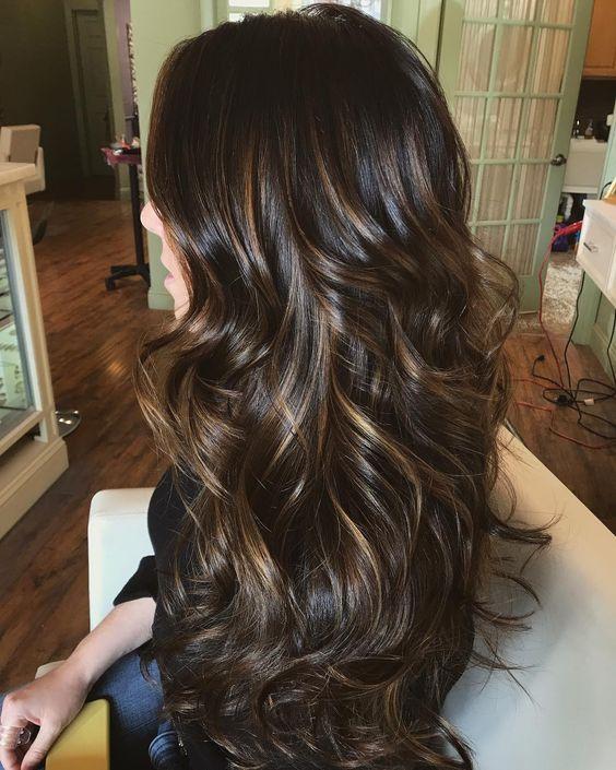 luzes no cabelo preto