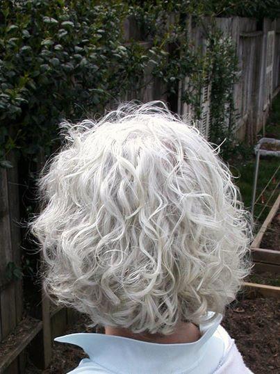 cabelo cacheado platinado