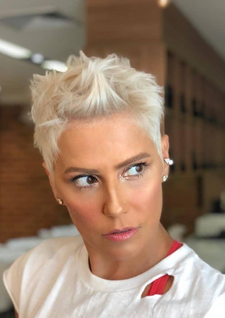 cabelo platinado Deborah Secco