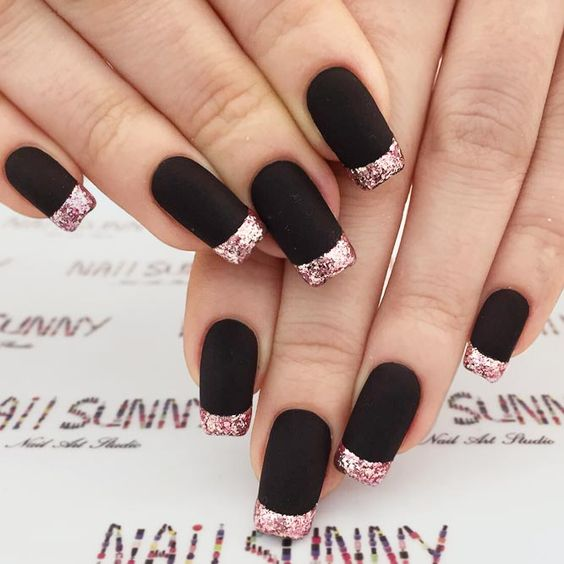 Unhas francesinha pretas com ponta de glitter