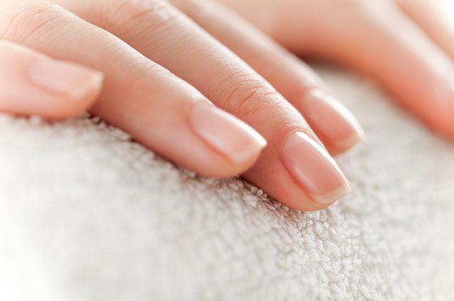 Mão com unhas limpas