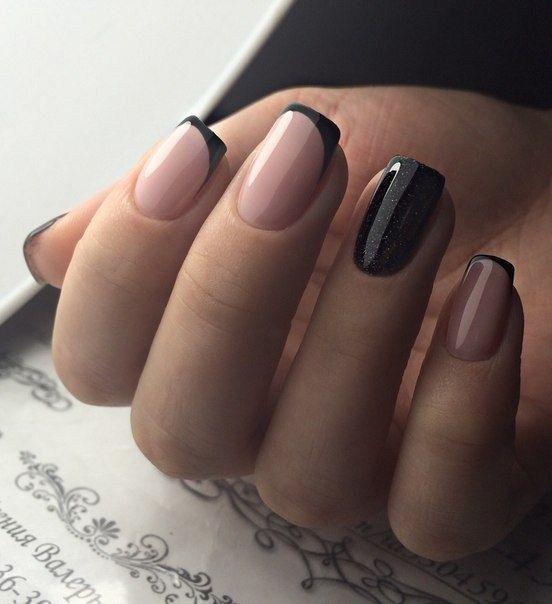 Unhas francesinha pretas com indicador com glitter