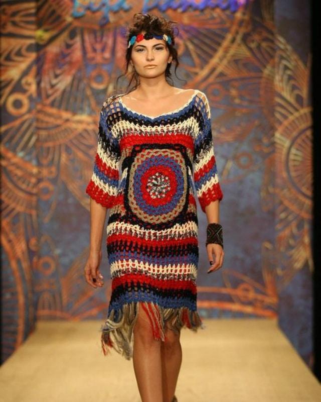 Vestido de crochê curto e colorido
