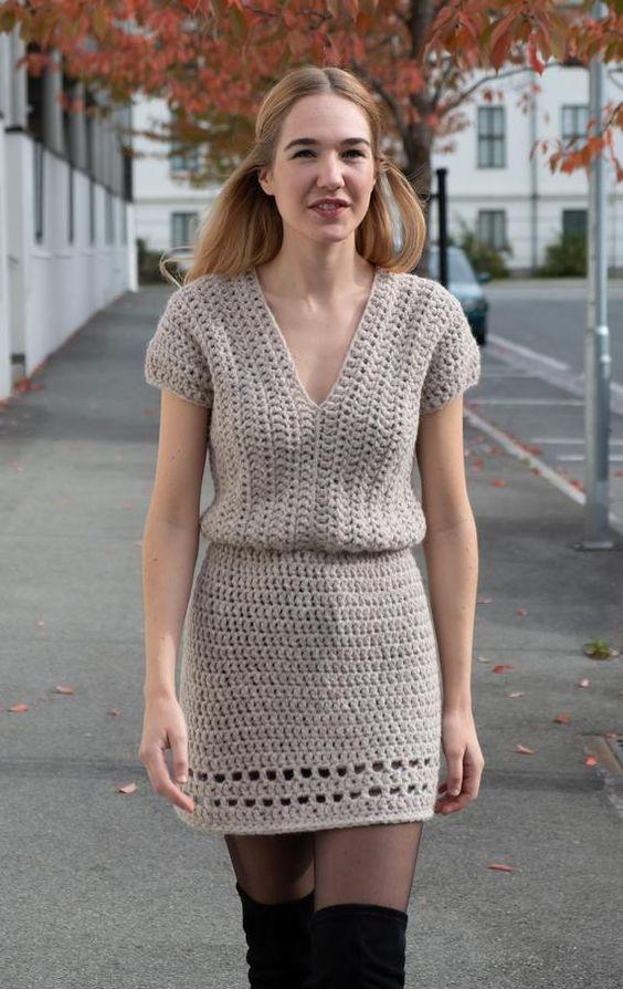 Vestido de crochê curto cinza com meia calça