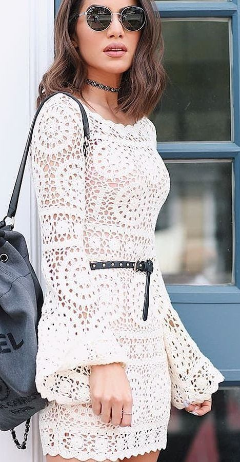 Vestido de crochê curto branco com manga de sino