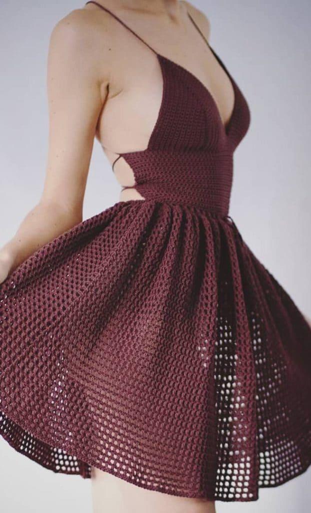 Vestido de crochê curto rodado e bordô