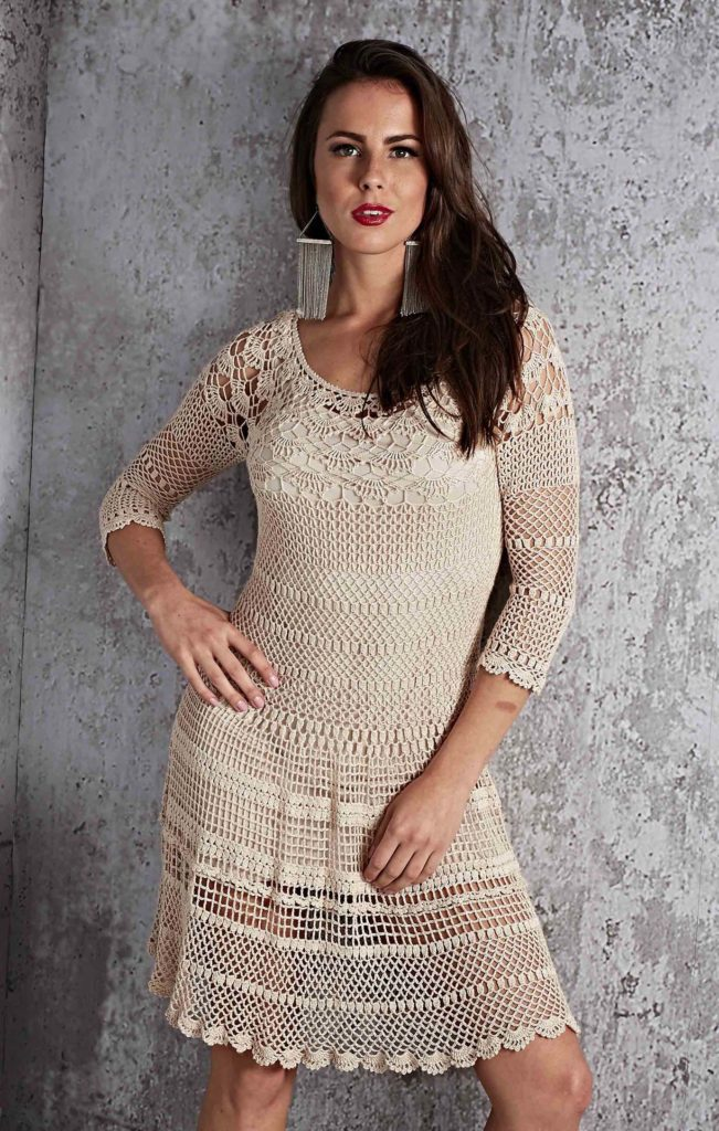 Mulher com vestido bege