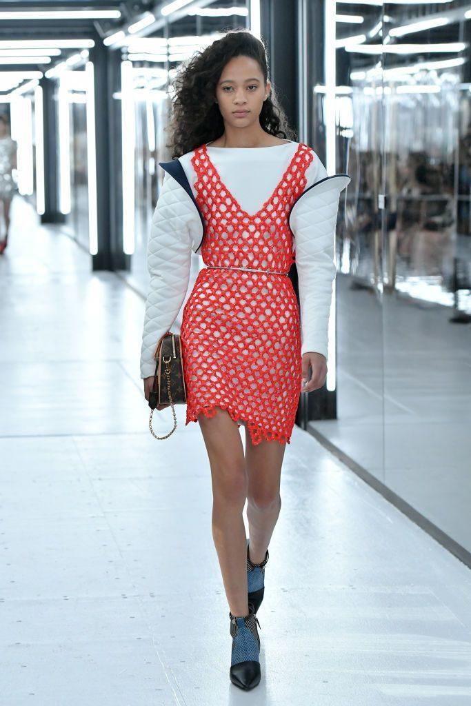 Vestido de crochê curto e laranja, da Louis Vuitton
