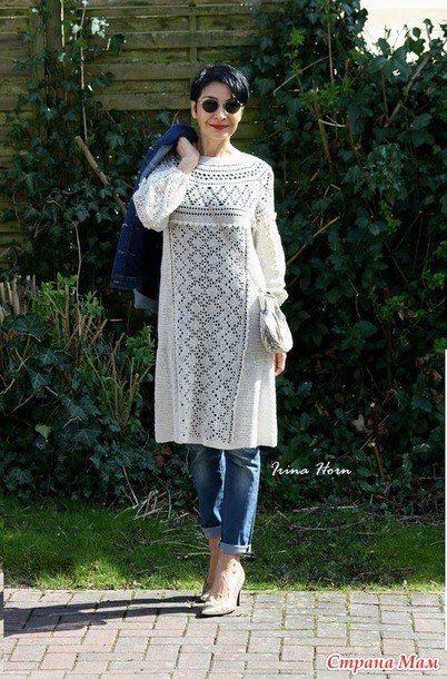 Vestido de crochê curto branco com calça jeans