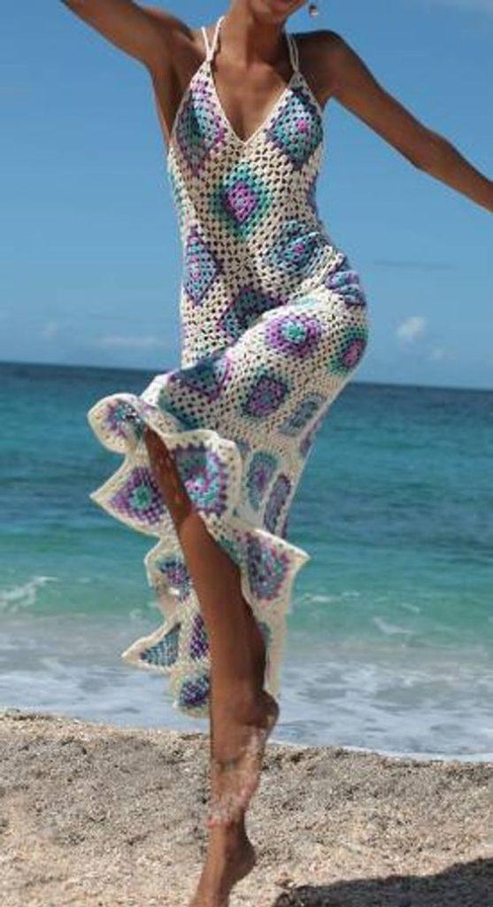 Vestido de crochê longo branco com detalhes coloridos em azul e lilás