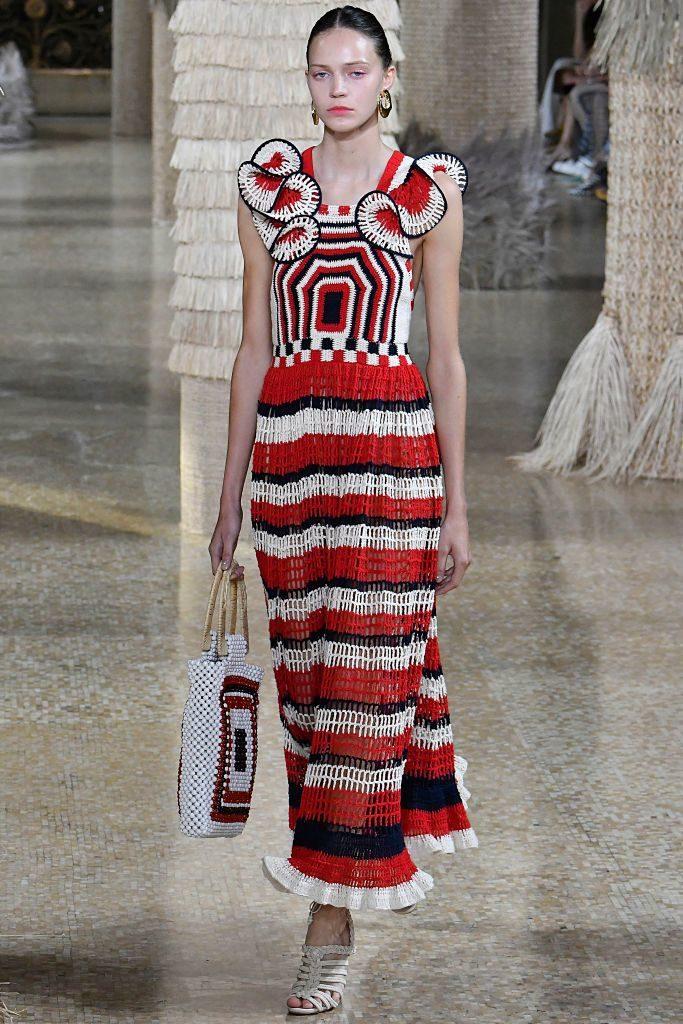 Vestido de crochê longo vermelho, branco e preto, da Ulla Johnson