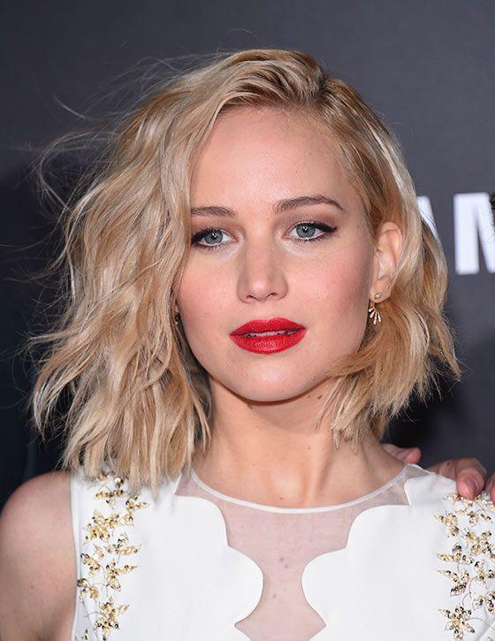 Corte de cabelo para rosto redondo, long bob repicado, na atriz Jennifer Lawrence