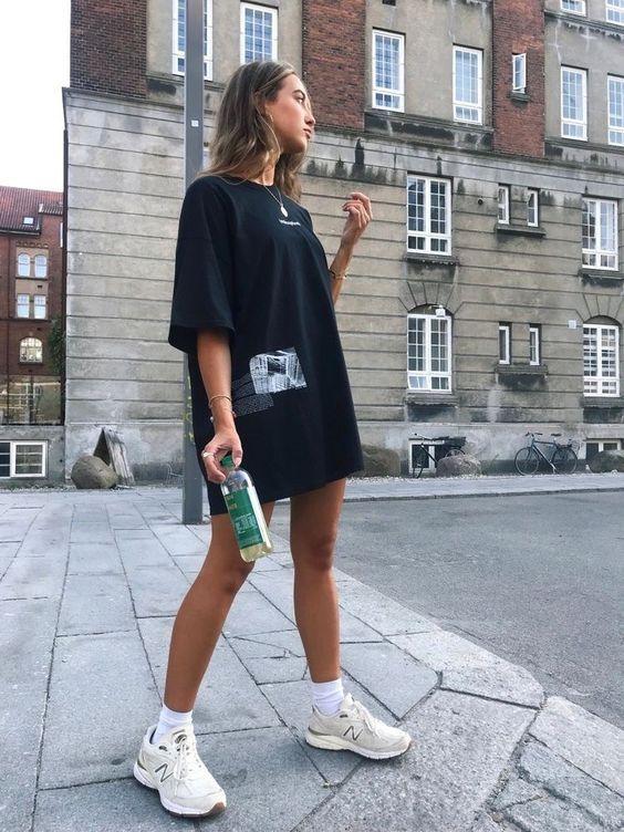 Vestido com tênis casual