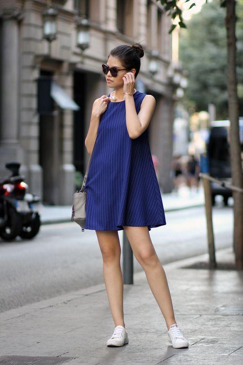 Look de vestido com tênis para o verão