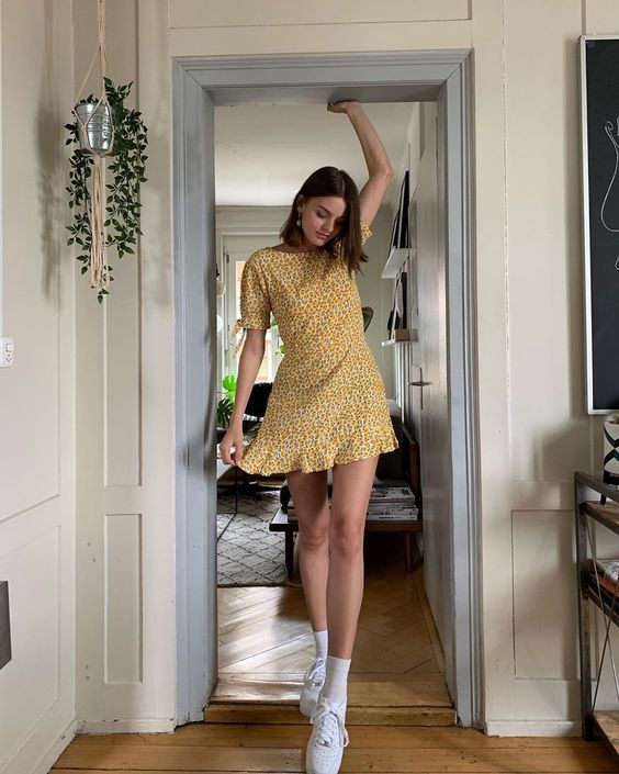 Vestido estampado amarelo com tênis plataforma branco