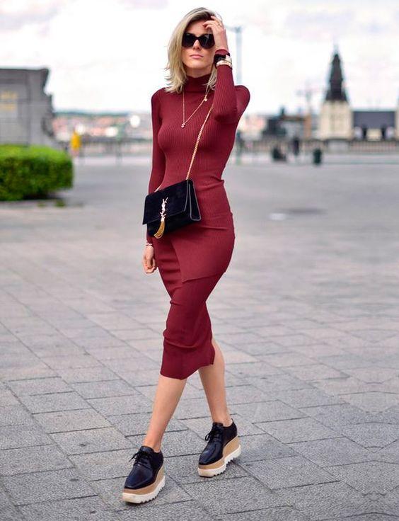 Vestido vermelho com tênis plataforma preto