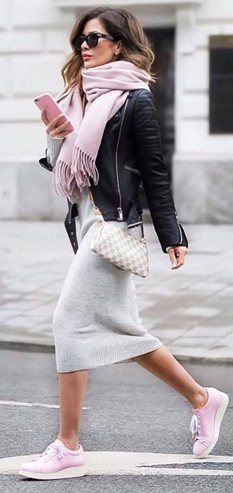 Vestido cinza com tênis plataforma rosa