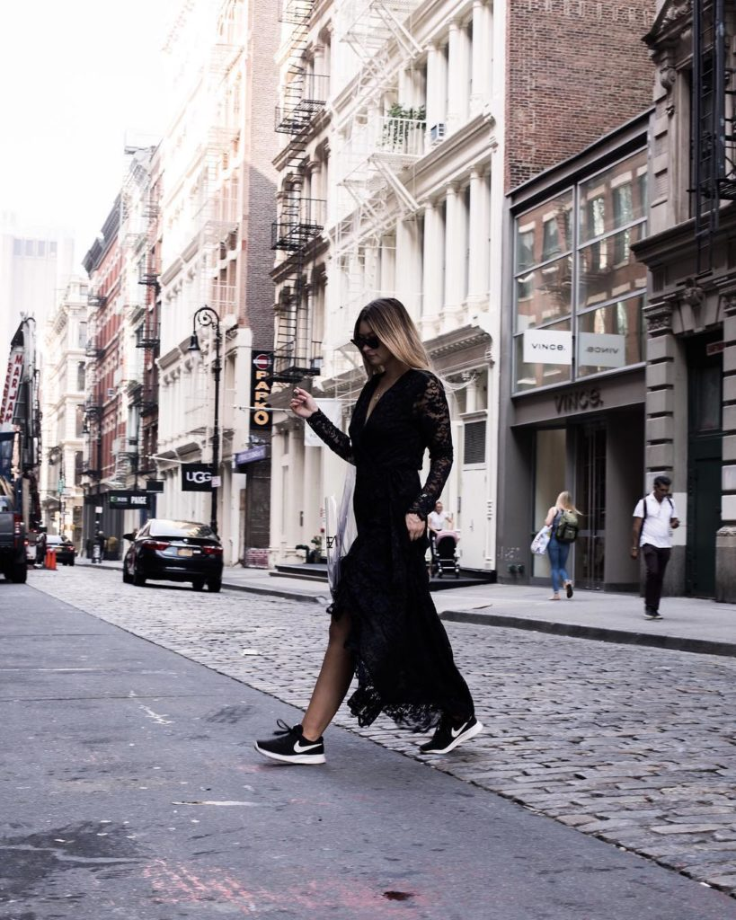 vestido com tênis preto