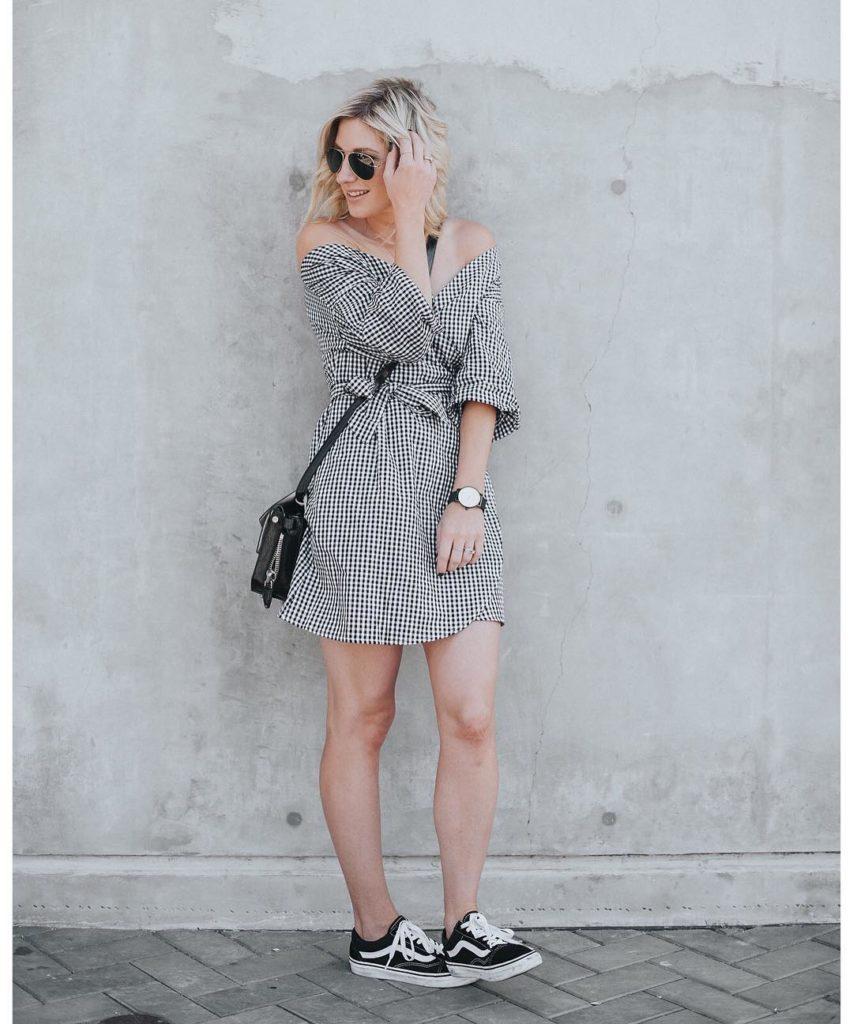 Vestido com tênis vans