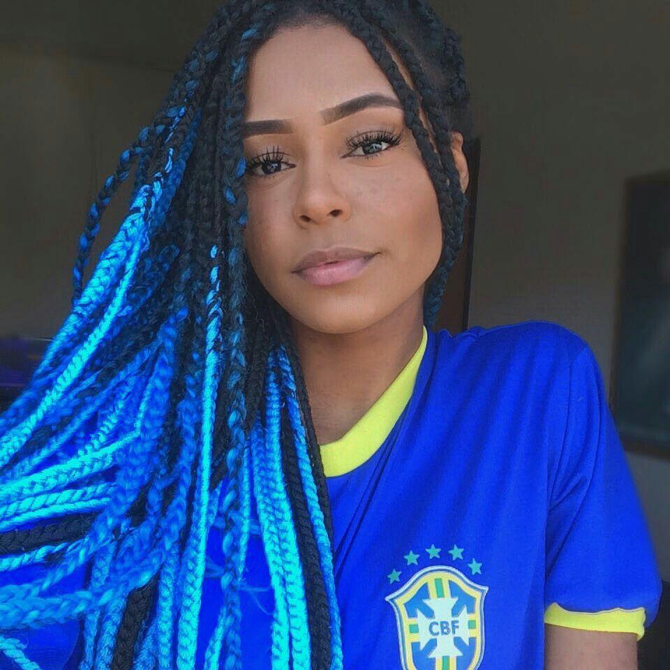 Mulher com tranças preta e azul