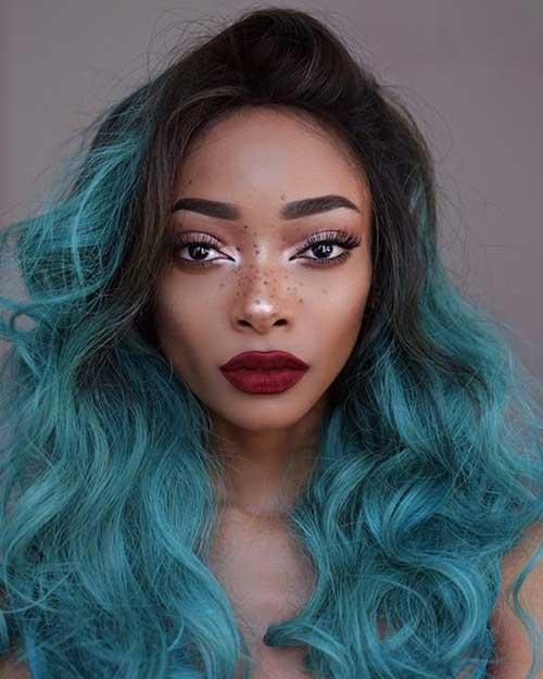 Mulher de cabelo ondulado com pontas azul turquesa