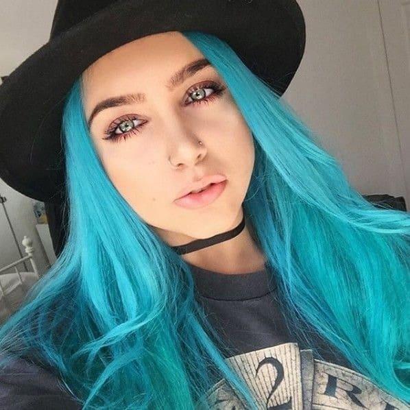 Mulher com cabelo azul liso e chapéu