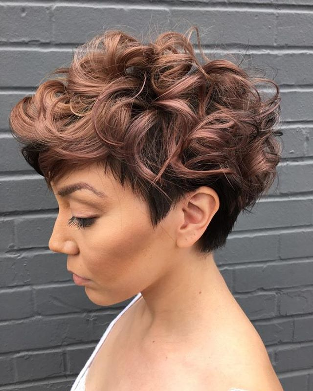 Mulher de perfil com cabelo curto