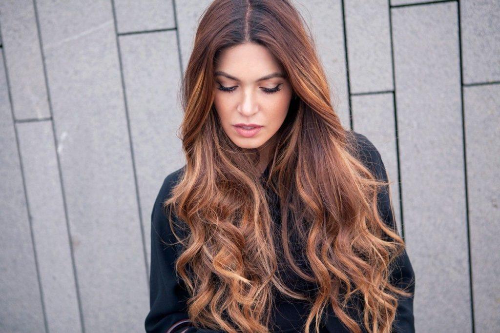 Mulher com cabelo longo ondulado