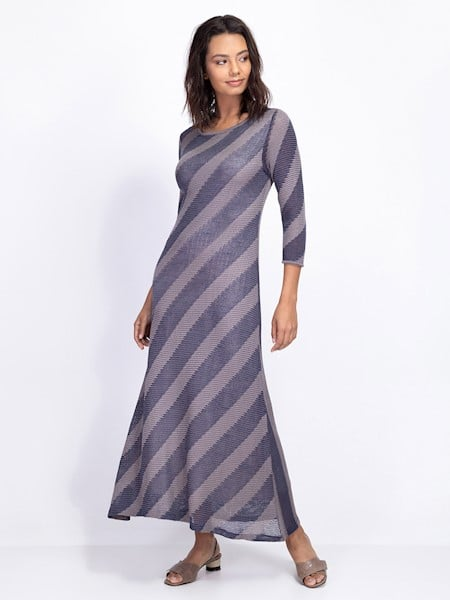 Mulher com roupa cinza