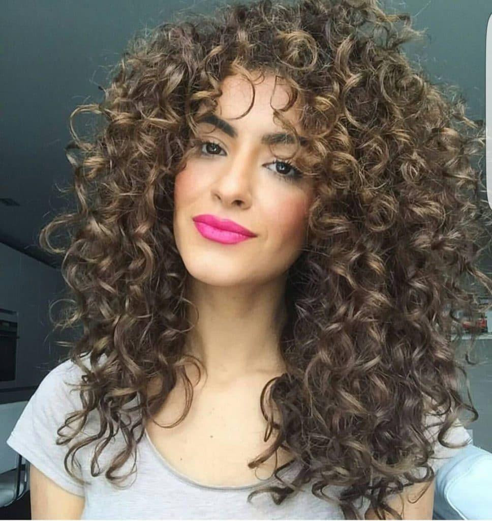 Corte de cabel longo cacheado com franja reta