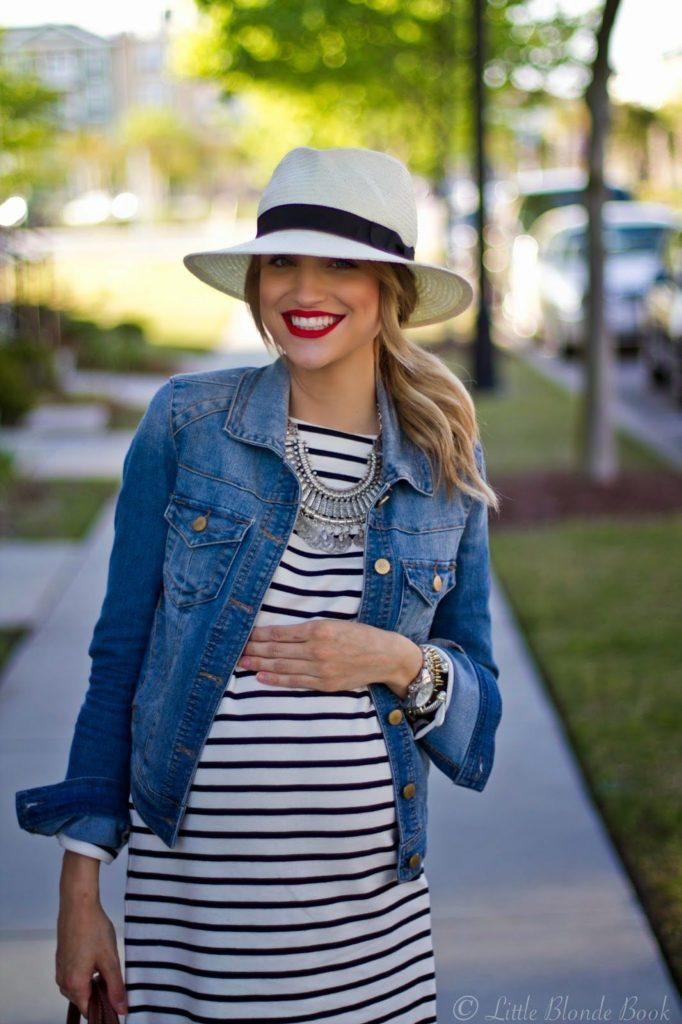 Mulher com chapéu e batom vermelho