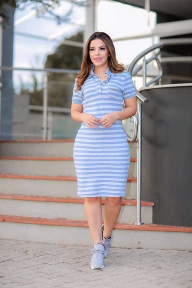 Tênis azul com vestido azul