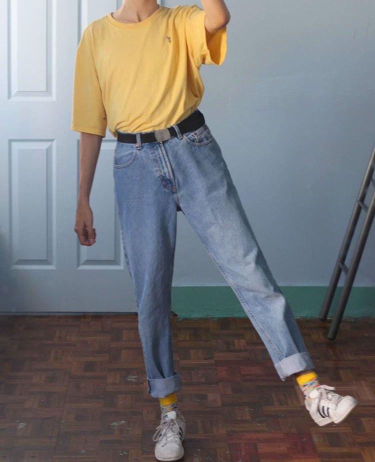 Calça jeans com camiseta amarela