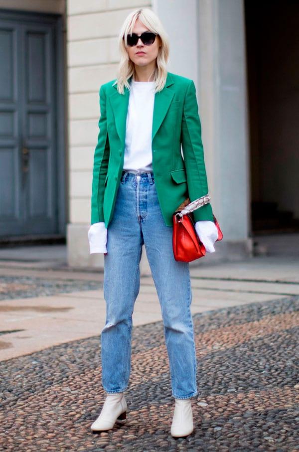 Blazer verde com calça jeans