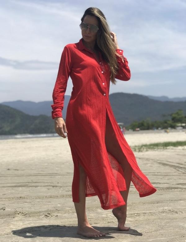 mulher na praia de vermelho