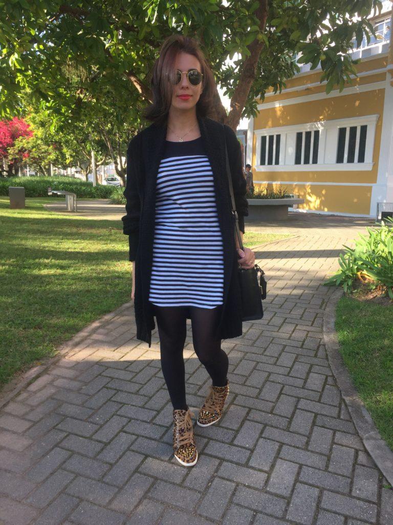 Mulher com vestido curto e meia calça