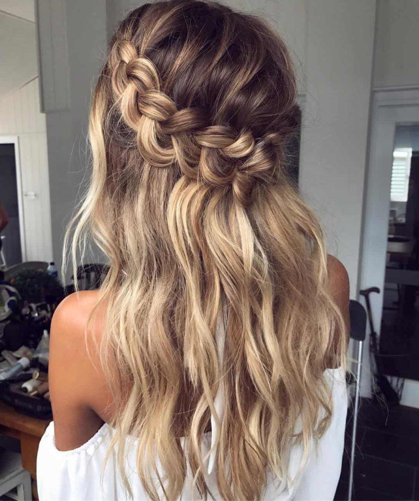 Trança lateral no cabelo ondulado loiro