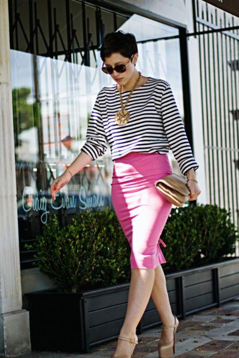 O que vestir no trabalho saia rosa