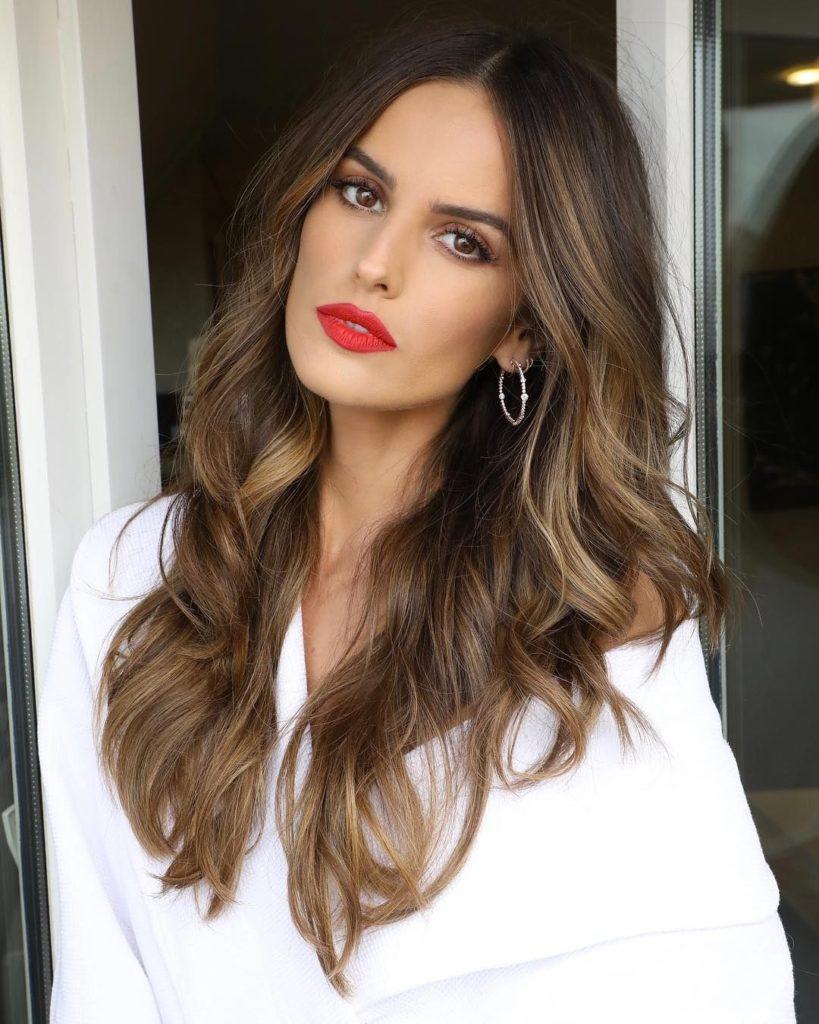 Mulher de blusa branca e batom vermelho
