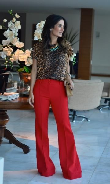 Camisa animal print com calça vermelha